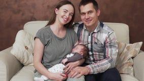 Gelukkige familie met pasgeboren baby stock footage