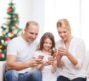 Gelukkige familie met smartphones Stock Foto