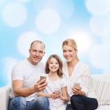 Gelukkige familie met smartphones Stock Afbeeldingen