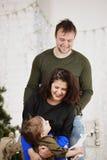 Gelukkige familie met tegen het verfraaien van Kerstboom Stock Afbeeldingen
