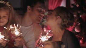 Gelukkige familie met twee charmante begroete kinderen stock footage