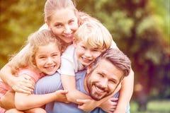 Gelukkige familie met twee kinderen royalty-vrije stock afbeelding