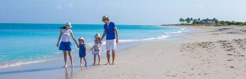 Gelukkige familie met twee meisjes op de zomervakantie stock foto
