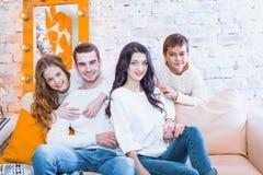 Gelukkige familie met van het twee kinderen binnen jongen en meisje zitting op laag royalty-vrije stock fotografie