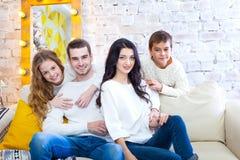 Gelukkige familie met van het twee kinderenjongen en meisje zitting op laag in lichte blouses en jeans Kerstmis stock foto's
