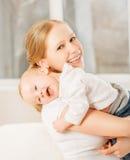 Gelukkige familie. moeder en baby het koesteren royalty-vrije stock foto