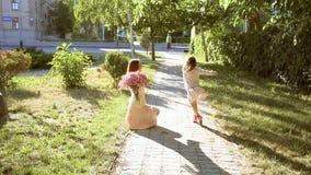 Gelukkige familie, moeder en dochter stock footage