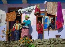 Gelukkige familie, moeder en kinderen voor hun huis, Gairi Pangma, Nepal stock foto's