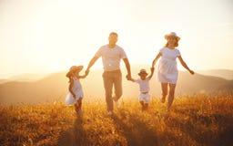 Gelukkige familie: moeder, vader, kinderenzoon en dochter op sunse stock afbeeldingen