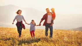 Gelukkige familie: moeder, vader, kinderenzoon en dochter op sunse Royalty-vrije Stock Fotografie
