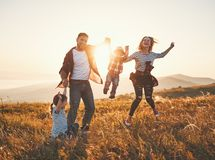 Gelukkige familie: moeder, vader, kinderenzoon en dochter op zonsondergang royalty-vrije stock foto