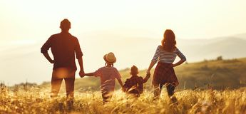 Gelukkige familie: moeder, vader, kinderenzoon en dochter op zonsondergang stock fotografie