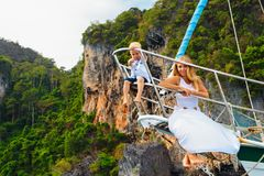Gelukkige familie - moeder, zoon aan boord van varend jacht Stock Foto