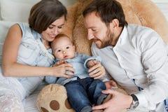 Gelukkige familie op bed Royalty-vrije Stock Afbeelding
