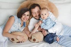 Gelukkige familie op bed Royalty-vrije Stock Foto's