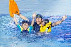Gelukkige familie op de pool royalty-vrije stock fotografie