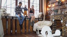 Gelukkige familie op de vensterbank stock video