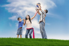 Gelukkige familie op de weide Stock Fotografie