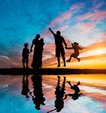 Gelukkige familie op de zeekust royalty-vrije stock foto's