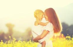 Gelukkige familie op de zomer de babydochter van het meisjekind het koesteren royalty-vrije stock foto's