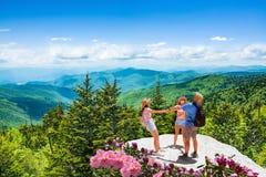 Gelukkige familie op de zomerreis in de bergen stock afbeelding