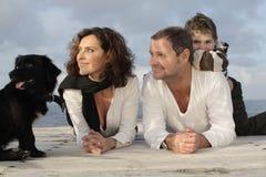 Gelukkige familie op een pijler royalty-vrije stock fotografie