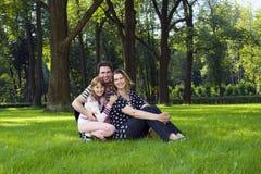 Gelukkige familie op gazon Stock Afbeelding