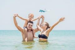 Gelukkige familie op het strand en de landende vliegtuigen Het reizen met c stock afbeeldingen