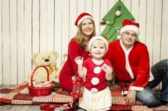 Gelukkige Familie op Kerstmis Stock Afbeeldingen