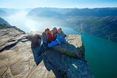 Gelukkige familie op massieve de klippenbovenkant van Preikestolen (Noorwegen) Royalty-vrije Stock Foto's
