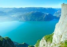 Gelukkige familie op massieve de klippenbovenkant van Preikestolen (Noorwegen) Stock Foto's