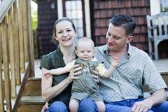 Gelukkige familie op portiek Stock Afbeelding