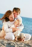 Gelukkige familie op strand Stock Foto's