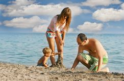 Gelukkige familie op strand Royalty-vrije Stock Foto's