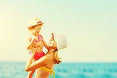 Gelukkige familie op strand moeder en kinddochter Stock Afbeeldingen