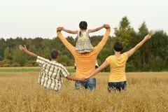 Gelukkige familie op tarwegebied Stock Fotografie