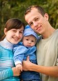 Gelukkige familie openlucht stock afbeeldingen