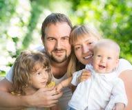 Gelukkige familie in openlucht stock afbeeldingen