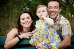 Gelukkige familie - ouders en babydochter Stock Afbeeldingen