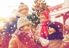 Gelukkige familie over de boom van stadskerstmis en sneeuw Stock Afbeelding