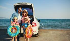 Gelukkige familie in reis van de de zomer de autoreis door auto op strand royalty-vrije stock afbeeldingen
