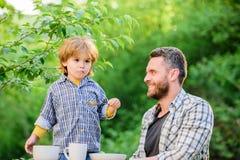 Gelukkige Familie samen Kinderjarengeluk voedselgewoonten De gelukkige Dag van Vaders Weinig jongen met papa Voorbereiding van vo royalty-vrije stock afbeeldingen