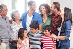 Gelukkige familie samen thuis stock afbeeldingen