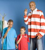 Gelukkige familie schoonmakende tanden Stock Foto's