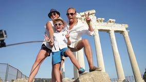Gelukkige familie selfie foto op de zomervakantie stock video
