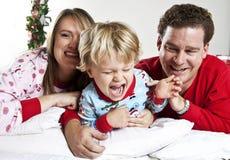 Gelukkige Familie snuggle royalty-vrije stock afbeelding