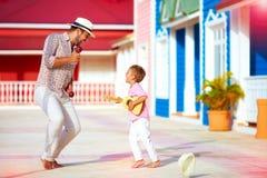 Gelukkige familie speelmuziek en het dansen op Caraïbische straat royalty-vrije stock afbeeldingen