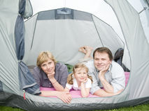 Gelukkige familie in tent royalty-vrije stock foto