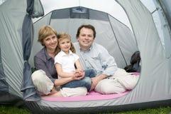 Gelukkige familie in tent royalty-vrije stock afbeeldingen