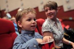Gelukkige familie in theater stock foto's